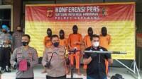 Konferensi pers pembobolan minimarket di Polres Karawang
