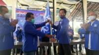 Ketua DPD PAN Kota Blitar Dimisioner Joko Nurbatin menyerahkan Panji Kepemimpinan ke Plt DPD PAN Kota Blitar Heri Ramadhan (Robby / Mattanews.co)