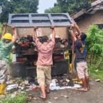Pemdes (Pemerintah Desa) Kalangsari Kecamatan Rengasdengklok lakukan pembersihan sampah yang ada di belakang Desa Kalangsari karena laporan dari warga ada yang membuang sampah sembarangan, Kamis (25/02/021).