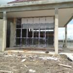 Salah satu bangunan faskes Dinkes Kapuas Kalteng yang dibangun PT Arjuna Bernendes Utama Pusat Palangkaraya mangkrak (Angga / Mattanews.co)