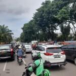 Jalanan macet terjadi di depan Istana Griya Agung Palembang, bersamaan dengan pelantikan 6 pasang kepala daerah di Sumsel oleh Gubernur Sumsel Herman Deru (Janes Putra / Mattanews.co)