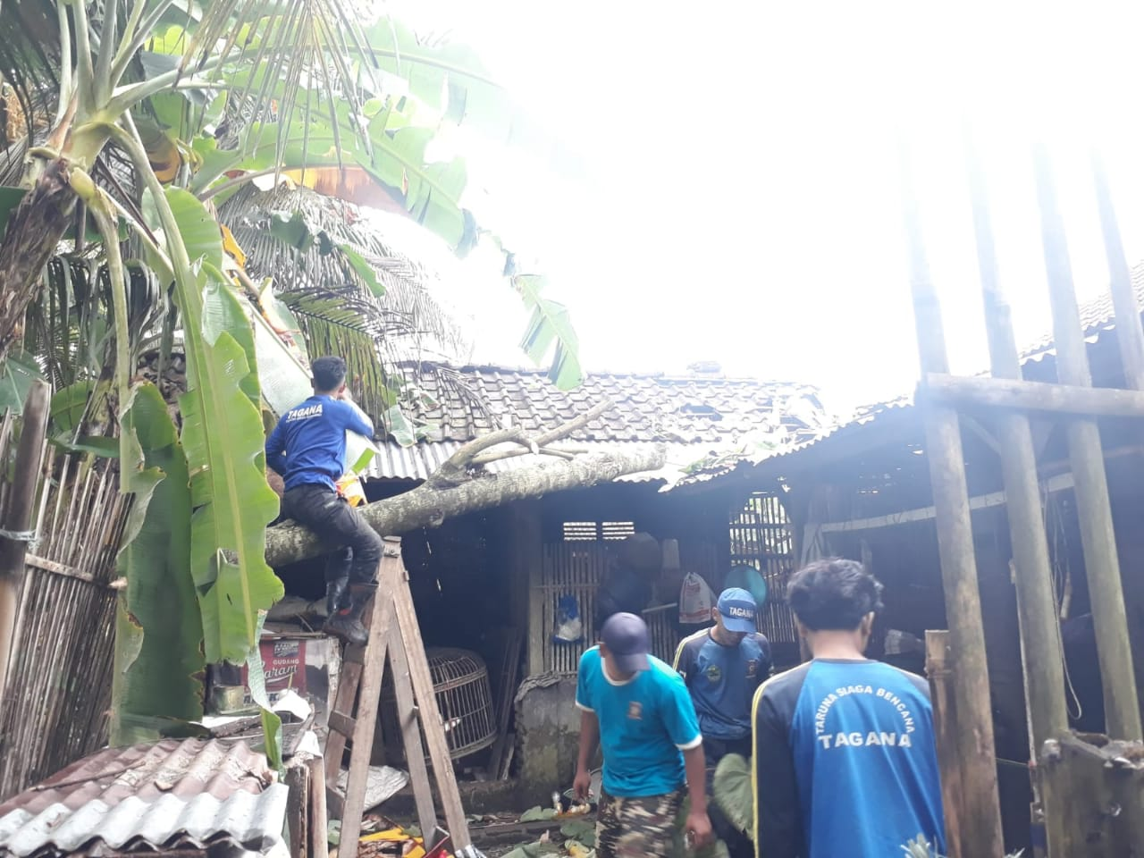 Rumah rusak akibat diterpa angin kencang di Ciamis Jabar (Kayan / Mattanews.co)