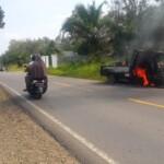 Mobil pick up pengangkut barang terbakar di Merangin Jambi (Yulisman / Mattanews.co)