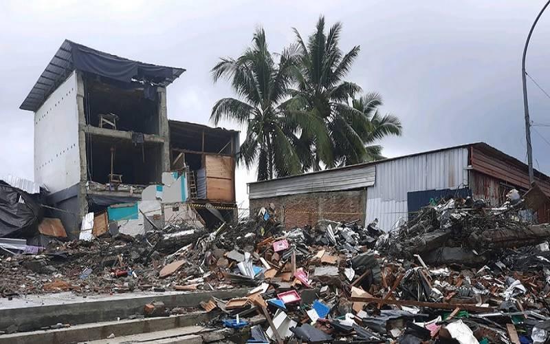 rumah rusak di sulbar akibat gempa bumi.