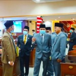 Wali Kota Prabumulih Ridho Yahya Berbincang Bersama Sejumlah Anggota Dewan saat Usai Rpat Paripurna