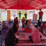 Bupati Mamuju, Hj. Sitti Sutinah Suhardi, SH. M.Si mengunjungi anak-anak pengungsi di Stadion Manakarra Mamuju, Selasa, (2/3/2021).
