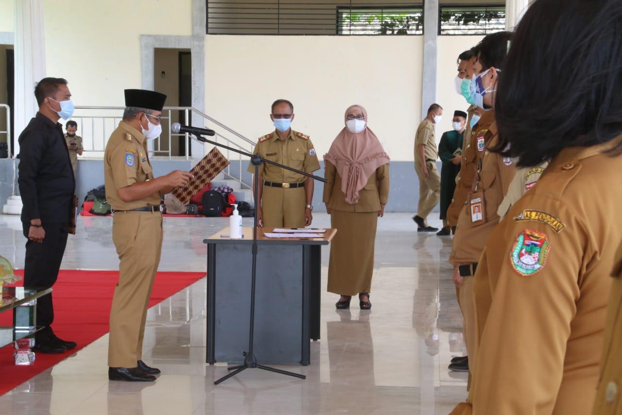 Gubernur Sulbar, Ali Baal Masdar melantik 269 pejabat fungsional lingkup Pemprov Sulbar di Pelataran Rumah Jabatan Gubernur Sulbar, Selasa ( 2/3/ 2021).