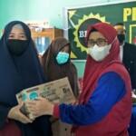 Pengurus Badan Kontak Majelis Taklim (BKMT) Sulbar, menyambangi warga terdampak gempa bumi di Desa Tapandullu, Kecamatan Simboro, Mamuju, Rabu (3/3/ 2021).