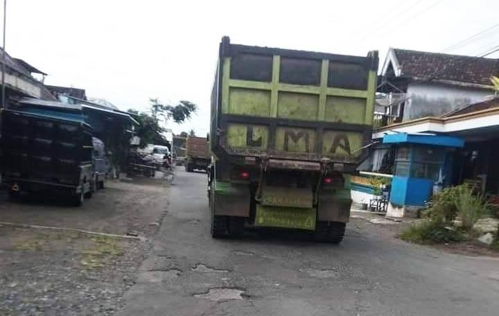 Truk fuso yang melintas di jalan dua kecamatan di Kabupaten Blitar Jatim merusak ruas jalan (Robby / Mattanews.co)