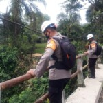 Anggota Tim SAR Batalyon A Pelopor yang Dipimpin Bripka Imam Suraji melaksanakan Pengecekan Debit Air pasca hujan deras yang melanda Wilayah Kabupaten Bandung pada Kamis, (04/03/2021).
