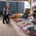 Kanit Sabhara Polsek Muara Siau Merangin Jambi Bripka Pahmi saat meninjau Pasar Muara Siau (Yulisman / Mattanews.co)