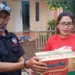 Lembaga Swadaya Masyarakat (LSM) Kaliber Korlap Kabupaten Karawang memberikan bantuan berupa mie instan, air mineral dan pakaian bekas kepada korban banjir Dusun kalijaya, Desa Rengasdengklok Utara, Kecamatan Rengasdengklok, Jumat (05/03/2021).