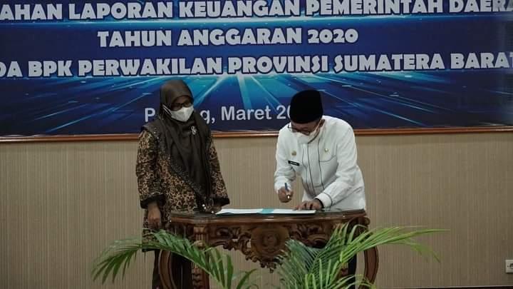 Bupati Tanah Datar Eka Putra saat menyerahkan Laporan Keuangan Pemerintah Daerah (LKPD) ke BPK RI perwakilan Sumbar (M Rafi / Mattanews.co)