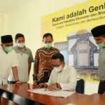 Bupati Tanah Datar Eka Putra menandatangani perizinan kuliah tatap muka di IAIN Batusangkar Tanah Datar Sumbar (M Rafi / Mattanews.co)