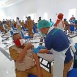 Ratusan Aparat Sipil Negara (ASN) dijajaran Pemerintah Kabupaten Karawang dan puluhan wartawan di vaksin hari ini di Aula Husni Hamid Komplek Pemda Karawang, Senin (08/03/2021).