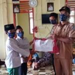 Penyerahan bantuan dari Bumdes Lubuk Guci Merangin Jambi ke anak yatim (Yulisman / Mattanews.co)