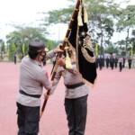 Kapolda Sumut lama menyerahkan bendera pataka ke Kapolda Sumut baru (Dok. Humas Polda Sumut / Mattanews.co)