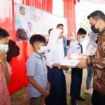 Wako Medan Bobby Nasution saat memberikan hadiah laptop ke pelajar di Medan (Dok. Humas Pemkot Medan / Mattanews.co)