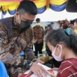Wako Medan Bobby Nasution saat menyerahkan bantuan ke pelajar SMP yang kurang mampu (Dok. Humas Pemkot Medan / Mattanews.co)
