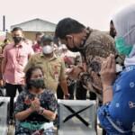 Wako Medan Bobby Nasution saat mengunjungi salah satu wanita lanjut usia di Medan (Dok. Humas Pemkot Medan / Mattanews.co)