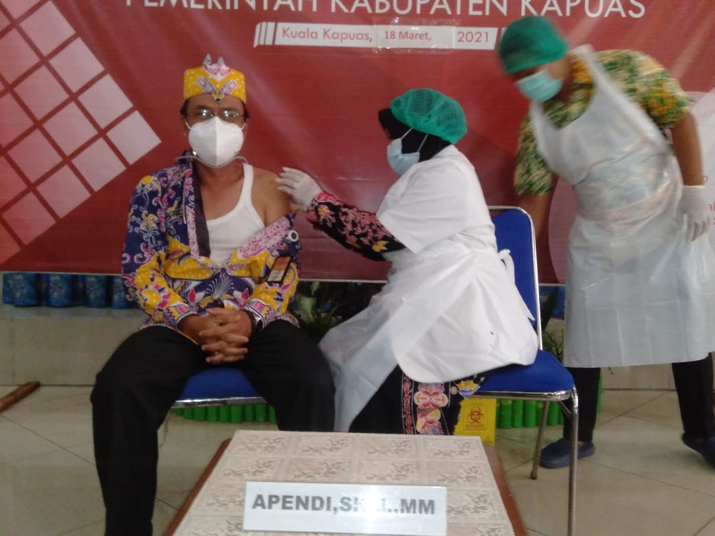 Kepala Dinkes Kapuas Apendi saat disuntik vaksin Covid-19 (Angga / Mattanews.co)