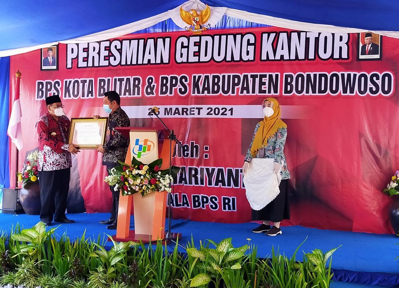 Wako Blitar Santoso menerima penghargaan peringkat ke-3 nasional dalam penyediaan atas Keberadaan Perwali dan Portal Satu Data Serta Aktivitas Forum Satu Data Indonesia oleh Kepala BPS RI Suhariyanto di Kantor BPS Kota Blitar, Kamis (25/3/2021) (Robby / Mattanews.co