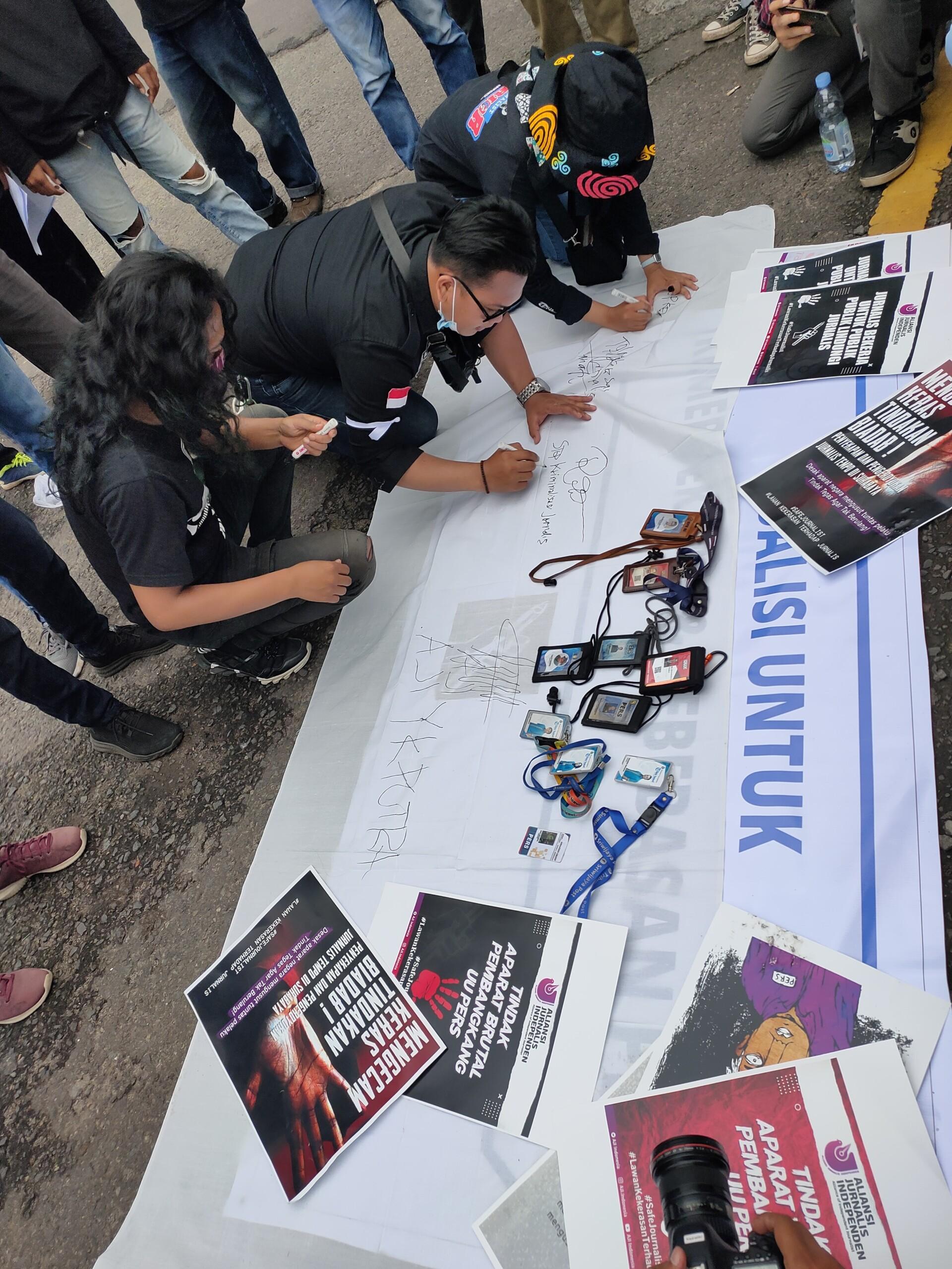 Para jurnalis turut serta dalam aksi damai di Bundaran Air Mancur (BAM) Masjid Agung Palembang (Mattanews.co)