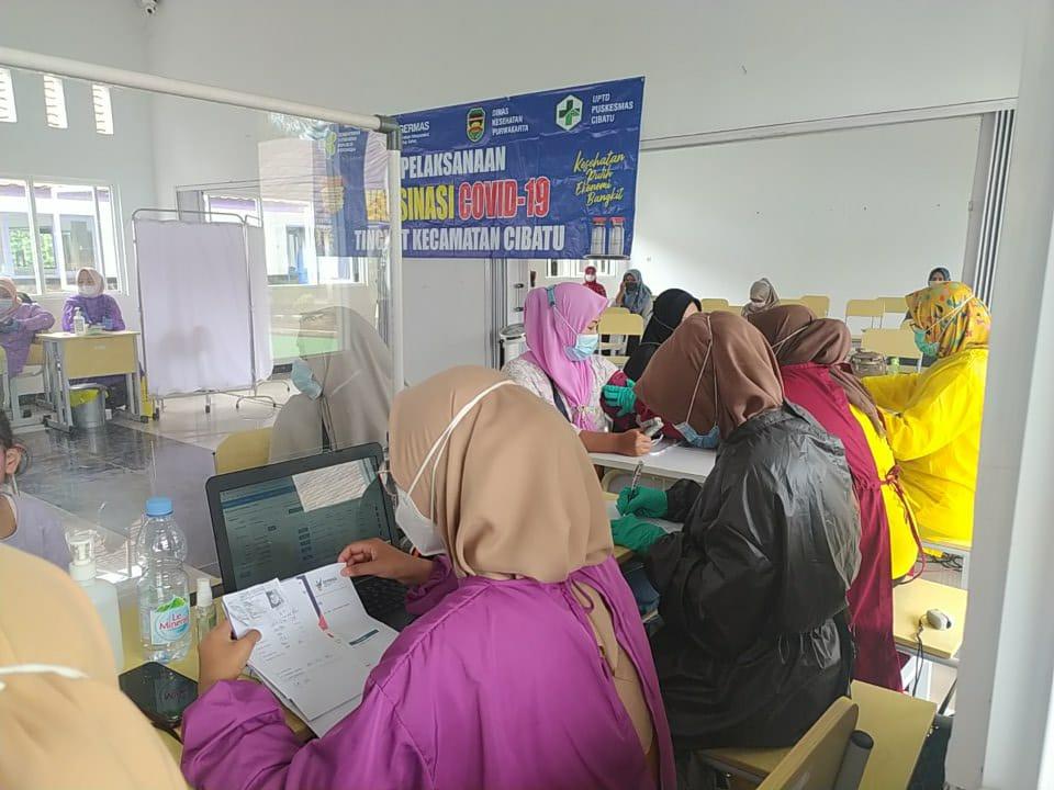 Kecamatan Cibatu laksanakan Vaksinasi tahap 2 Dosis Ke 2 untuk 101 orang sasaran, kegiatan ini adalah lanjutan kegiatan vaksinasi tahap pertama yang telah dilakukan sebelumnya dilokasi yang sama SMAN 1 Cibatu, (06/04/2021).