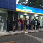 Antrian panjang di salah satu anjungan atm bank BRI Cianjur terus berlanjut di jalan Adi Sucipto sore ini, Selasa (6/4/21) menunggu giliran untuk mengganti PIN dan melakukan penarikan uang.