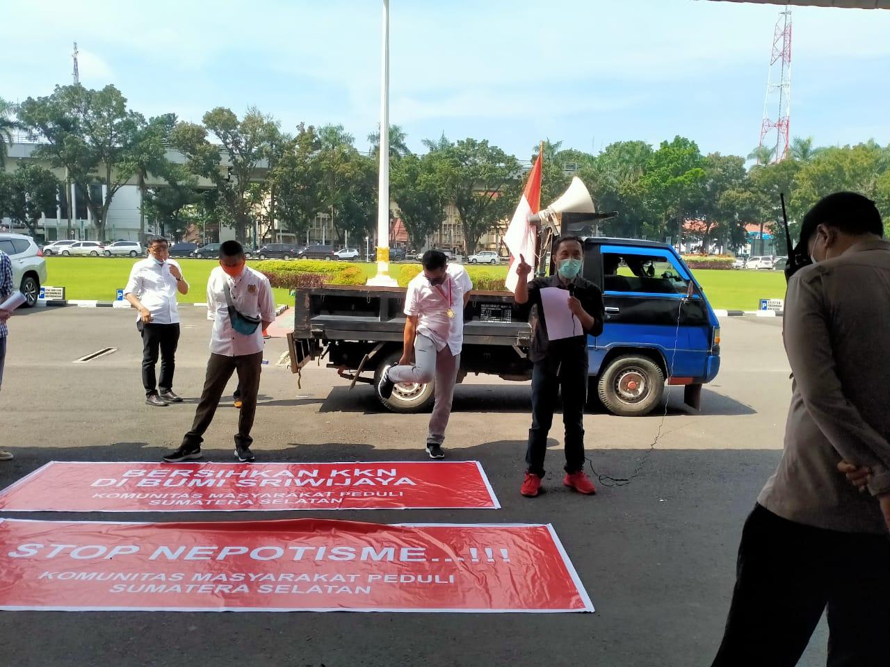 omunitas Masyarakat Peduli Sumatera Selatan (KMPSS), menggelar aksi damai terkait dugaan Korupsi Kolusi Nepotisme (KKN) pada Gubernur Sumatera Selatan (Sumsel) Herman Deru, di depan kantor Pemerintah Provinsi (Pemprov) Sumsel, Rabu (7/4/2021).