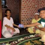 Sekretaris PD IWO Mura - LLG Heri Padri saat menyerahkan bantuan donasi ke Rosita, pasien penderita penyakit liver di Lubuklinggau Sumsel (Sofiyan / Mattanews.co)