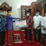 Penyerahan bantuan dari IAIN Batusangkar ke pengurus Maajid Ihsan Sungai Patai Tanah Datar Sumbar (M Rafi / Mattanews.co)