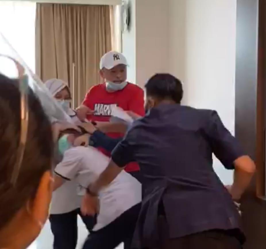 Potongan video penganiayan yang dilakukan pelaku JC (baju merah) ke perawat RS Siloam Sriwijaya Palembang Sumsel (IST)