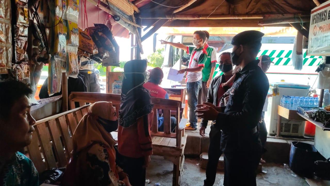 Briptu Dadan Jaelani melaksanakan giat patroli dan berikan himbauan tentang protokol kesehatan kepada para warga yang berada di sebuah warung sekitaran Terminal bayangan Cikopo Kabupaten Purwakarta pada Sabtu, (17/04/2021).