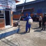 Cegah Penyebaran Covid-19, Brimob Jabar Lakukan Penyemprotan Cairan Disinfektan di Gudang Bulog Cianjur
