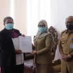 kepala Ombudsman RI perwakilan sulbar, Lukman Umar, saat melakukan pertemuan dengan Bupati Mamuju Sitti Sutinah Suhardi di kantor sementara bupati mamuju sapota Senin, (19/4/2021)