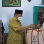 Wako Blitar Santoso menyerahkan bantuan ke warga yang menjadi korban gempa di Blitar Jatim (Robby / Mattanews.co)