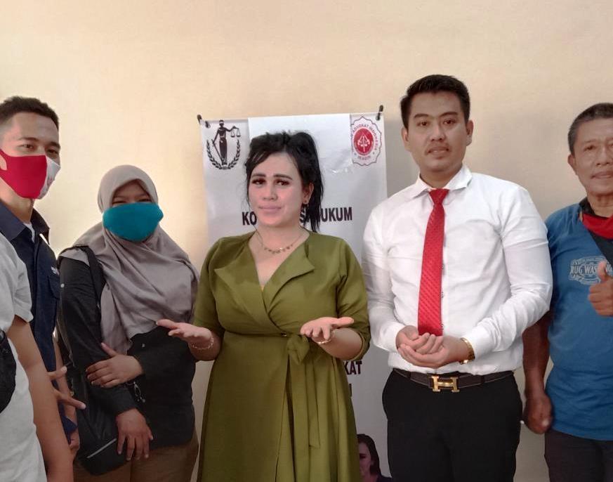 Selebgram asal Medan, Ratu Entok (tengah) saat didampingi kuasa hukumnya