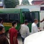 Kejaksaan Negeri (Kejari) Mamuju menahan kelima pelaku yang diduga melakukan pengeroyokan korban bernama Hj. Syar di jalan Achmad Kirang atau depan pendopo rujab Wakil Bupati Mamuju, pada (1/11/2020).