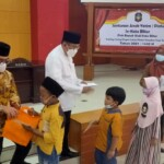Wali Kota Blitar Santoso menyerahkan santunan ke anak yatim di Kota Blitar Jatim (Robby / Mattanews.co)