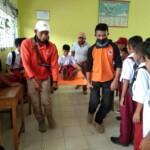 Simulasi tanggap bencana diperagakan tim Satgas Nagari Sungai Patai dari BPBD Tanah Datar ke pelajar di SDN 10 Sungai Patai (M Rafi / Mattanews.co)