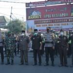 Wali Kota Blitar Santoso memimpin Apel Gelar Pasukan Pengamanan Idul Fitri 1442 H di Jalan Merdeka Kota Blitar, Senin (26/4/2021) (Robby / Mattanews.co)