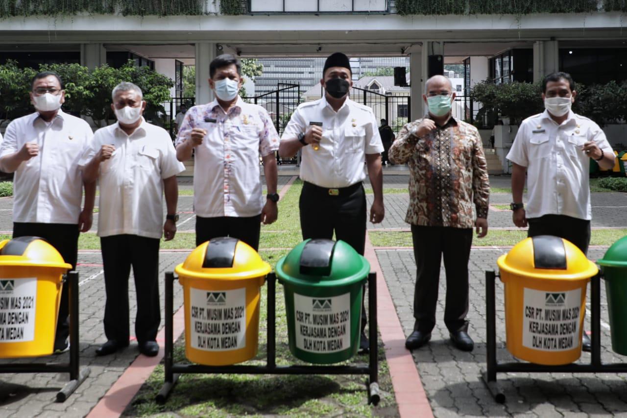 PT Musim Mas menyumbangkan 110 pasang tong sampah ke Pemkot Medan (Tison Sembiring / Mattanews.co)