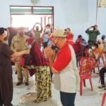 Wali Kota (Wako) Blitar menyerahkan bantuan beras ke warga kurang mampu (Robby / Mattanews.co)