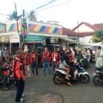 Organisasi Masyarakat (Ormas) Pemuda Pancasila Pimpinan Anak Cabang Rancah menggelar kegiatan sosial berbagi dengan membagi-bagikan takjil kepada para pengguna jalan pada Selasa (4/5/2021).