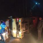 Sebuah Truk bermuatan rumput terbalik di jalan terusan menuju Desa Selawi, Kecamatan Pasawahan Kabupaten Purwakarta.