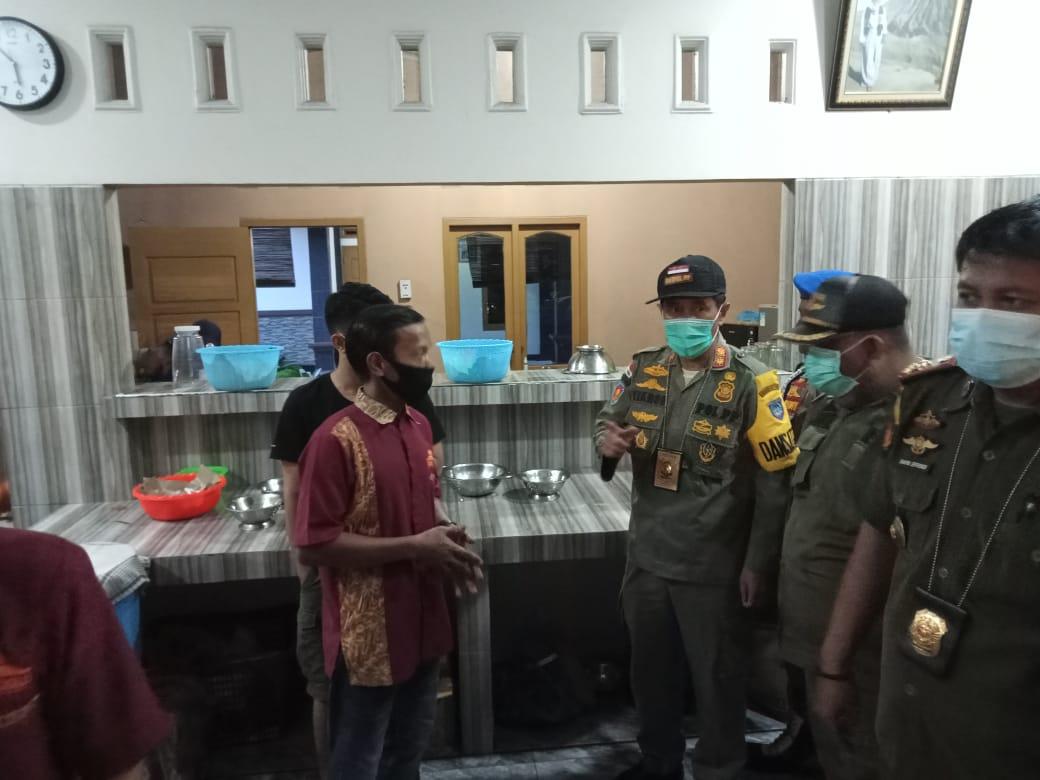 Penggerebekan rumah makan tak patuh prokes di Martapura.