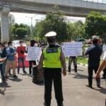 Puluhan massa aksi yang tergabung dari Sriwijaya Coruption Watch (SCW), menggelar aksi damai di kantor Kejaksaan Tinggi (Kejati) Sumatera Selatan (Sumsel)