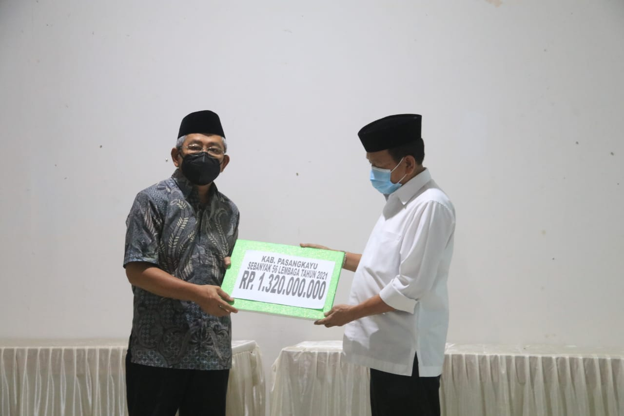 Gubernur Sulbar, Ali Baal Masdar menyerahkan bantuan dana hibah masjid secara simbolis sebesar Rp.1,3 miliar kepada Bupati Pasangkayu, Yaumil Ambo