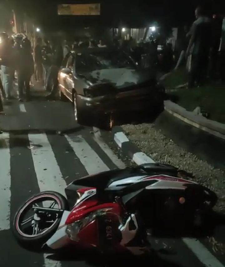 Tabrakan dialami dua kendaraan beda ukuran ini, terjadi di perempatan lampu merah lokasana Kabupaten Ciamis, Kamis (6/5/2021) petang.